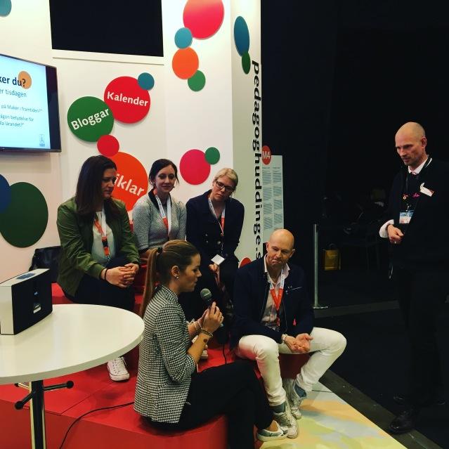 Panel i Huddinges monter på #SETT2016, med bland annat Anna Kiltorp, rektor Östra Grundskolan, Maria Wiman, lärare Edboskolan, Emma Åhnberg, lärare Edboskolan, Peter Bragner, rektor Glömstaskolan och här moderator.